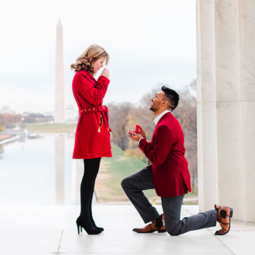 Fall Proposal Ideas: a man on one knee, proposing to his girlfriend with the Washington Memorial in the background.