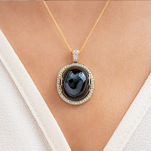 18K Yellow Gold Oval Onyx Cabochon And Diamond Necklace